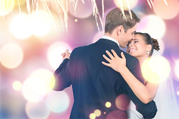 un couple qui danse pour préparer leur mariage